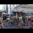Torcia olimpica in mano, tedoforo Rio 2016 cade 3