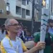 Torcia olimpica in mano, tedoforo Rio 2016 cade 4