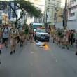 Torcia olimpica in mano, tedoforo Rio 2016 cade