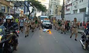 Torcia olimpica in mano, tedoforo Rio 2016 cade 5