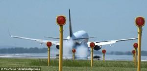 Guarda la versione ingrandita di YOUTUBE Vento forte, aereo sfiora pista e non atterra
