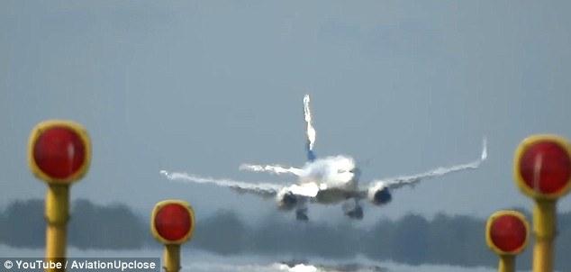 Vento forte, aereo sfiora pista e non atterra 2