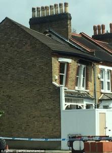 Guarda la versione ingrandita di YOUTUBE Villetta crolla improvvisamente a Londra: in fumo 600mila euro
