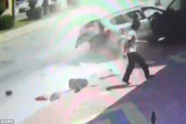 Turchia, auto in sosta presa in pieno da camion impazzito