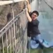 Turisti terrorizzati trascinati sul ponte di vetro alto 180 metri4