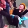 YOUTUBE Turisti terrorizzati trascinati sul ponte di vetro alto 180 metri