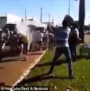 Prova a spegnere torcia olimpica con una secchiata d 39 acqua for Prova dello specchio polizia youtube