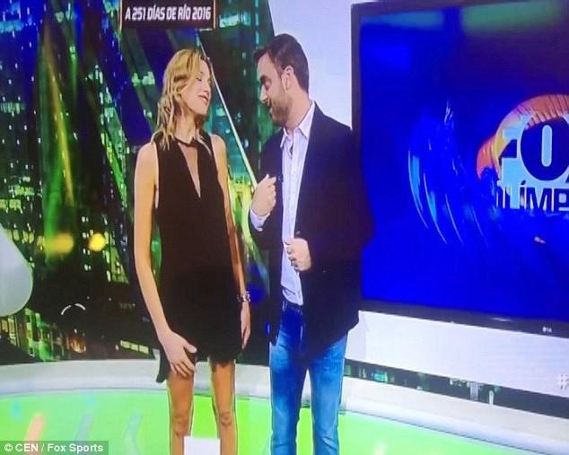 La mano si impiglia nel vestito, la giornalista mostra..