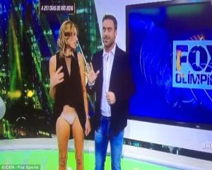 La mano si impiglia nel vestito, la giornalista mostra..3