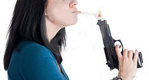Guarda la versione ingrandita di Ha un accendino a forma di pistola: poliziotto spara e lo uccide