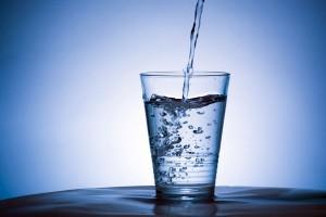 Acqua frizzante? Può far male a stomaco e denti