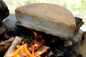 Guarda la versione ingrandita di La traditionnelle Raclette au feu de bois.