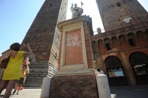 """Bologna, sfregio a San Petronio. Sulla statua scritto """"Allah Akbar"""""""
