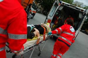 Cade, sbatte torace poi il collo si gonfia: salvato in extremis