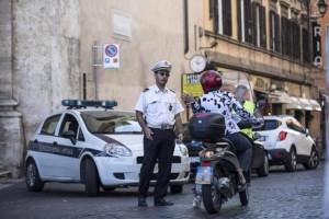 Roma, vigile sospeso per multa mancata si taglia polsi