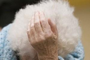 Malata e sola: anziana trovata in casa senza luce né gas
