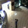 VIDEO YOUTUBE Minaccia agente con coltelli: stesa con taser 2