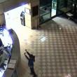 VIDEO YOUTUBE Minaccia agente con coltelli: stesa con taser 3