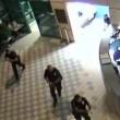 VIDEO YOUTUBE Minaccia agente con coltelli: stesa con taser 4