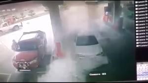 Guarda la versione ingrandita di VIDEO YOUTUBE Bimbo gioca con accendino a distributore: auto a fuoco