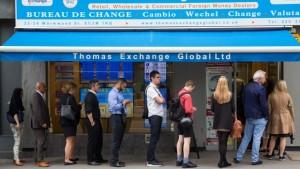 Brexit: britannici in coda a cambiare sterline in euro