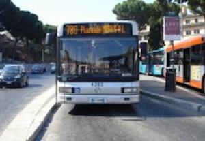 Roma, bus fermo al capolinea parte da solo e finisce contro un palo