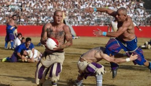 Guarda la versione ingrandita di Calcio storico: muscoli, botte e terra. FOTO e VIDEO
