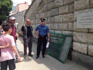 Carrara, cade cancello scuola: feriti due bambini