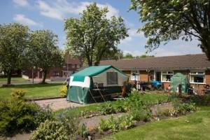 GB: vive in tenda in giardino per lasciare casa ai figli