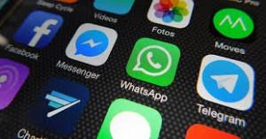 """WhatsApp e app di chat, Agcom attacca: """"Paghino uso della rete telefonica"""""""