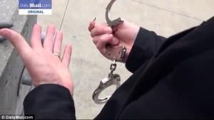 Guarda la versione ingrandita di YOUTUBE Ex agente Cia spiega come liberarsi dalle manette