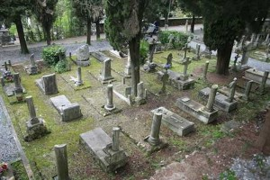 """Va al cimitero a trovare il padre ma tomba non c'è più: """"Concessione scaduta"""""""