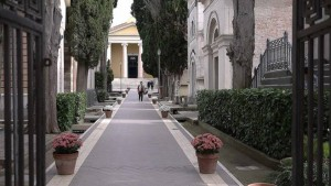 Roma, cimitero Prima Porta: la banda che saccheggia le bare dei rom