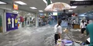 YOUTUBE Cina, piogge torrenziali: fiume d'acqua in un centro commerciale