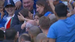 Guarda la versione ingrandita di YOUTUBE Italia-Spagna, Antonio Conte bacia moglie Elisabetta Muscarello sugli spalti