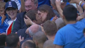 YOUTUBE Italia-Spagna, Antonio Conte bacia la moglie sugli spalti FOTO