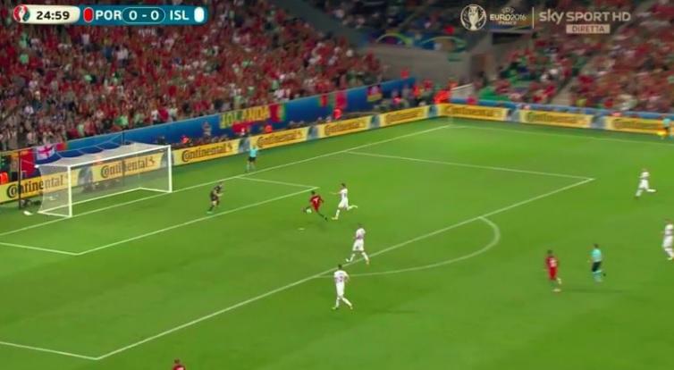 Cristiano Ronaldo liscia e sbaglia gol in Portogallo-Islanda 02