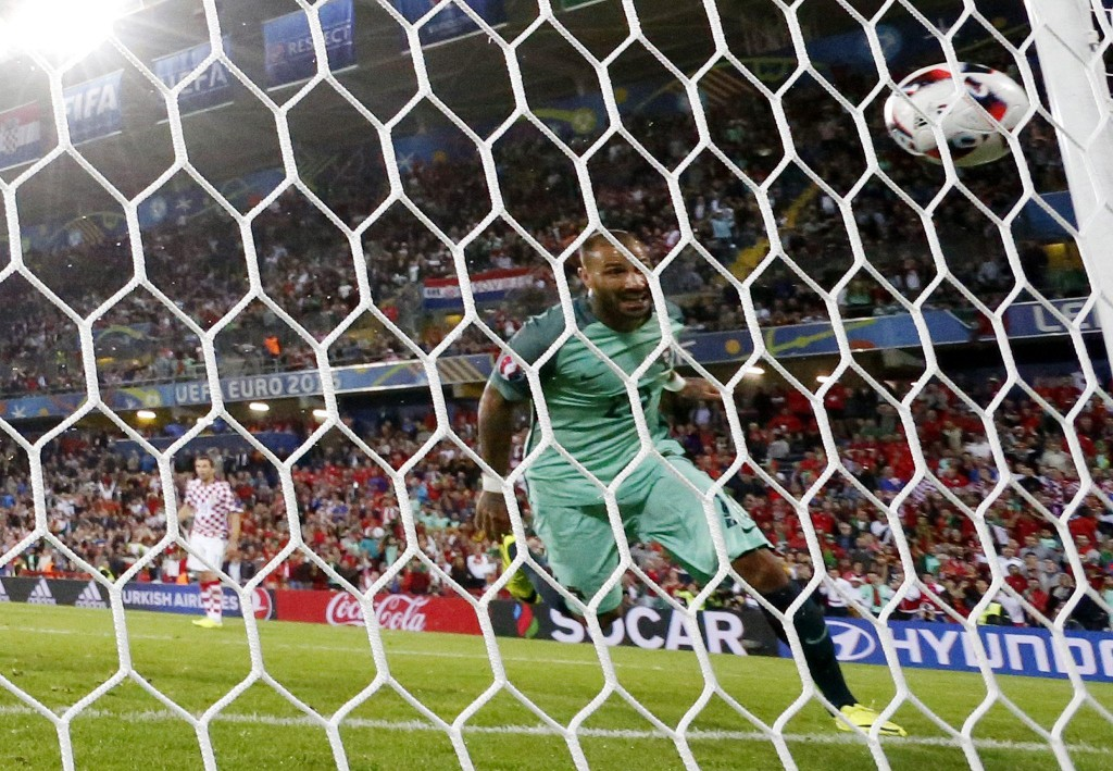 Il gol di Ricardo Quaresma  EPA/IAN LANGSDON