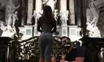Dan Bilzerian nel Duomo di Milano, donna in posa ma FOTO fa discutere