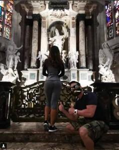Guarda la versione ingrandita di Dan Bilzerian nel Duomo di Milano, donna in posa ma FOTO fa discutere