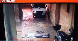 Guarda la versione ingrandita di David Rossi, i due uomini nel video sono noti: chiamarono 118