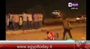 YOUTUBE Egitto, poliziotto massacra di botte tifoso fuori dallo stadio