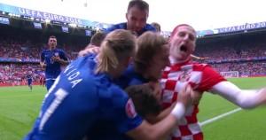 Guarda la versione ingrandita di  Euro 2016 Turchia-Croazia, tifoso invade e esulta con Modric