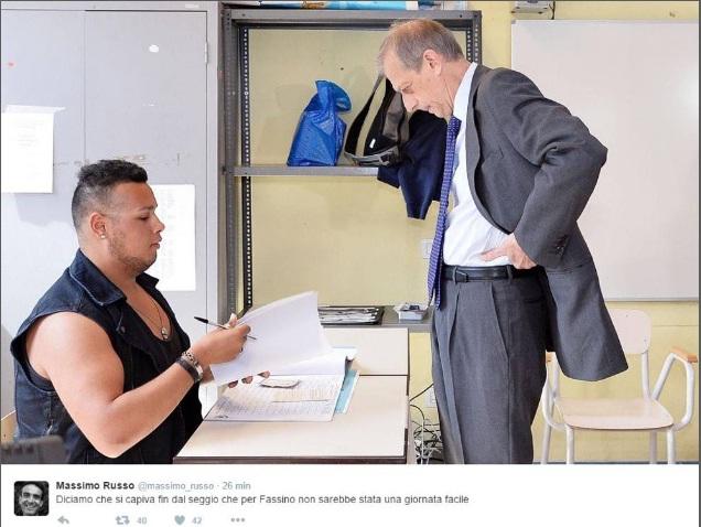 Piero Fassino e lo scrutatore palestrato: ironia corre sul web FOTO01