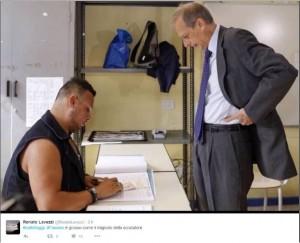 Guarda la versione ingrandita di Piero Fassino e lo scrutatore palestrato: ironia sul web FOTO