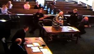 VIDEO YOUTUBE Condannato a 40 anni tira feci ad avvocato