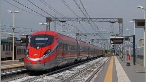 Tenta suicidio sotto Frecciarossa: treno passa a 300km/h, lui illeso