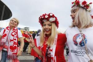 Guarda la versione ingrandita di Tifose polacche fuori dallo Stade de France EPA/ABEDIN TAHERKENAREH