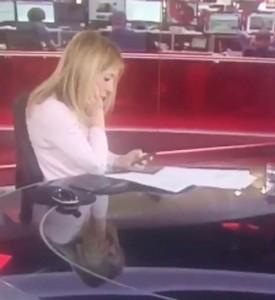 Guarda la versione ingrandita di YOUTUBE E' in onda, giornalista Bbc non se ne accorge e…