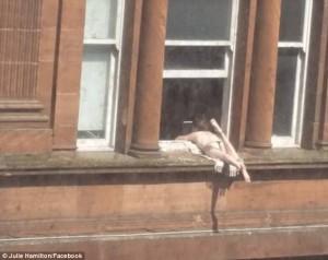 Glasgow, donna prende il sole sul cornicione al terzo piano